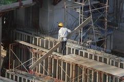 Bouwvakkers bij high-rise de bouw Royalty-vrije Stock Afbeeldingen
