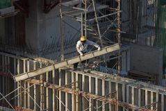 Bouwvakkers bij high-rise de bouw Royalty-vrije Stock Fotografie