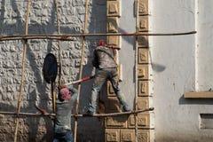 Bouwvakkers die met zeer slechte veiligheid aan een gebouw in Mumbai, India werken stock foto's