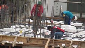Bouwvakkers op bouwterrein stock videobeelden