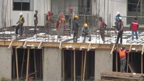 Bouwvakkers op bouwterrein stock footage