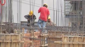 Bouwvakkers op bouwterrein stock video
