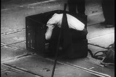 Bouwvakkers op het werk, de Stad van New York, jaren '30 stock video