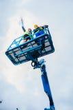 Bouwvakkers op plaats in hydraulische opheffende helling stock fotografie