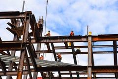 Bouwvakkers op staalstralen in bouwwerf van skys royalty-vrije stock fotografie
