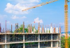 Bouwvakkersplaats en de bouw van huisvesting op arbeider het werk openlucht dat blauwe de hemelachtergrond van de torenkraan met  royalty-vrije stock afbeeldingen