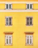 Bouwvoorgevel en oude vensters met klassieke houten blindenbli Stock Afbeeldingen