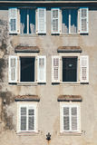 Bouwvoorgevel en oude vensters met klassieke houten blindenbli Royalty-vrije Stock Foto's