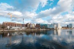Bouwwerf bij rivierfuif a K A Mediaspree dichtbij Ostbahnhof-Post en Yaam-het Clubstrand versperren in Berlijn, Friedrichshain, royalty-vrije stock foto