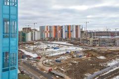 Bouwwerf, bouw van grote woon complex op de achtergrond van nieuwe huizen en bossen royalty-vrije stock foto's