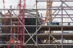 Bouwwerf de nieuwe bouw van staal en concrete vloeren stock foto's