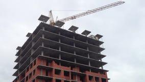 Bouwwerf en flatgebouw stock footage