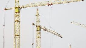 Bouwwerf met arbeiders van high-rise huizen van de kranen van de baksteentoren Bouwwerf, de bouw van flats stock videobeelden