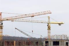 Bouwwerf met de bouw van kranen en arbeiders Stock Afbeelding