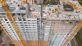 Bouwwerf met een vogel` s oog in een megastad Het inbouwen van de stad Grote Kraan stock videobeelden