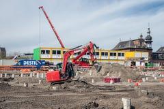 Bouwwerf met kraan en staken dichtbij het station van Delft stock afbeeldingen