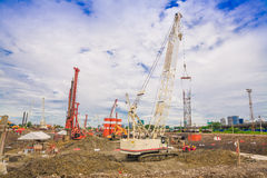 Bouwwerf met mensen en de bouw, blauwe hemel Stock Foto