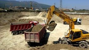 Bouwwerf met tractoren en stortplaatsvrachtwagen Stock Foto's