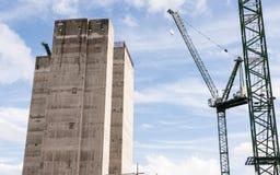 Bouwwerf met twee grote kranen en concrete kern van nieuw s Stock Fotografie