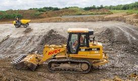 Bouwwerf met zware opgravende machines Royalty-vrije Stock Foto's