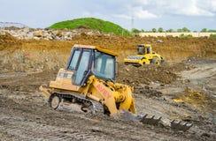 Bouwwerf met zware opgravende machines Royalty-vrije Stock Afbeeldingen