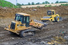 Bouwwerf met zware opgravende machines Stock Afbeeldingen