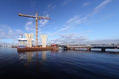 Bouwwerf op platform door water, de bouw Cabl wordt omringd die Stock Afbeeldingen