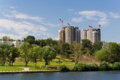 Bouwwerf van nieuwe flatgebouwen stock foto's