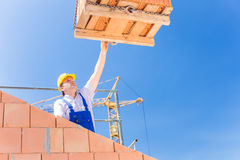 Bouwwerfarbeider de bouwhuis met kraan Royalty-vrije Stock Afbeelding