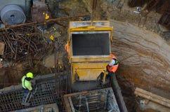 Bouwwerfarbeider tijdens het concrete gieten in bekisting Royalty-vrije Stock Afbeelding