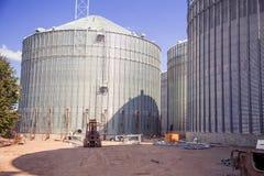 Bouwwerflift, graanschuur stock afbeeldingen