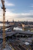 Bouwwerkzaamheden die in Slussen met Riddarholmen en oude Stad op de achtergrond gaan stock afbeeldingen
