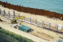 Bouwwerkzaamheden van een nieuwe pijler op het overzeese strand royalty-vrije stock foto's