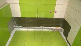 Bouwwerkzaamheid in de flat, installatie van tegels op Stock Afbeelding