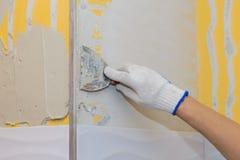 Bouwwerkzaamheid die tegel op de muur leggen Stock Foto's