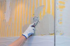 Bouwwerkzaamheid die tegel op de muur leggen Royalty-vrije Stock Foto's