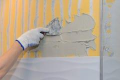 Bouwwerkzaamheid die tegel op de muur leggen Stock Afbeeldingen