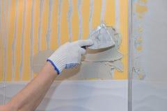 Bouwwerkzaamheid die tegel op de muur leggen Royalty-vrije Stock Foto
