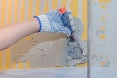 Bouwwerkzaamheid die tegel op de muur leggen Stock Foto