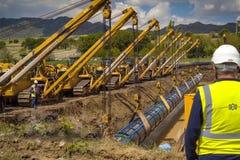 Bouwwerkzaamheid op de installatie van de pijpleiding Aardgasleidingsinstallatie en bouw royalty-vrije stock fotografie