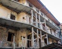 Bouwwerkzaamheid op de vernieuwing van een oud gebouw zonder deuren en vensters in Lviv Stock Foto's