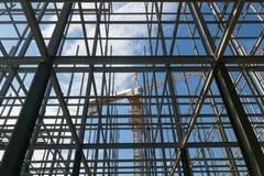 Bouwwerven, kranen en reusachtige staalstructuur stock foto's