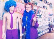 Bouyfriend i dziewczyna pozujemy z mannequin Zdjęcie Royalty Free