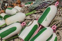 Bouys för hummerblockeringar på docken Arkivbilder