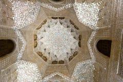 Boveda av Hall av de två systrarna på Alhambra Arkivfoton