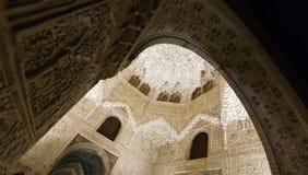 Boveda de Pasillo de las dos hermanas en el complejo real de Alhambra Imagenes de archivo