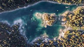 Boven bergen Caumasee Switzeland Lucht4k van het de herfst de bosmeer stock video