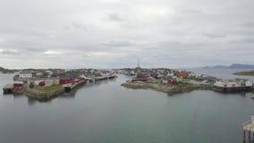 Boven de eilanden van Lofoten Henningsvær stock video