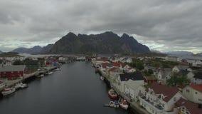Boven de eilanden van Lofoten Henningsvær stock footage