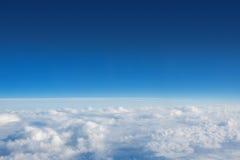 Boven de Gezwollen Wolken royalty-vrije stock afbeeldingen